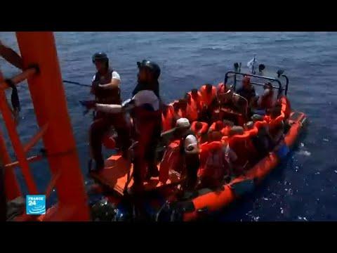 شاهدليبيا ترفض استقبال سفينة تقل مهاجرين