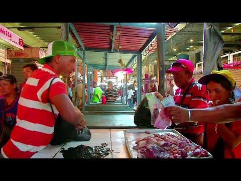 شاهد  الأزمة الاقتصادية في فنزويلا تدفع الناس إلى أكل اللحوم الفاسدة