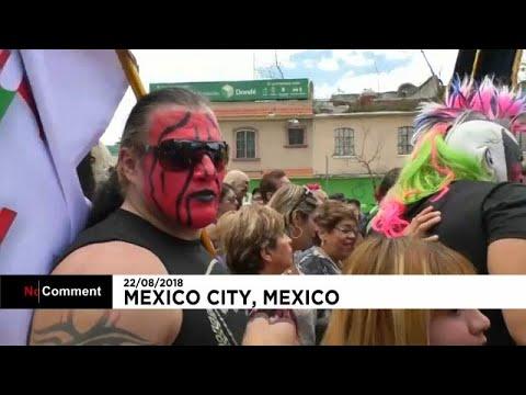 شاهد  المصارعون المكسيكيون يحجون إلى كنيسة العذراء كوادالوبي بالأزياء الملونة