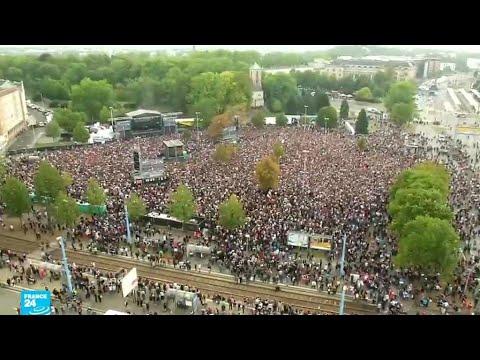 شاهد الآلاف يحتشدون في حفل موسيقي ضد أفكار اليمين المتطرف المعادية للأجانب