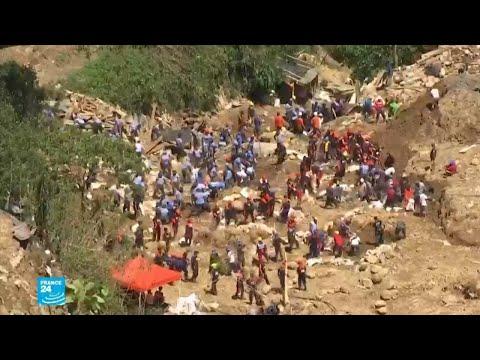 شاهد بحث مضنٍ في الفيليبين عن ضحايا انهيار أرضي جراء الإعصار