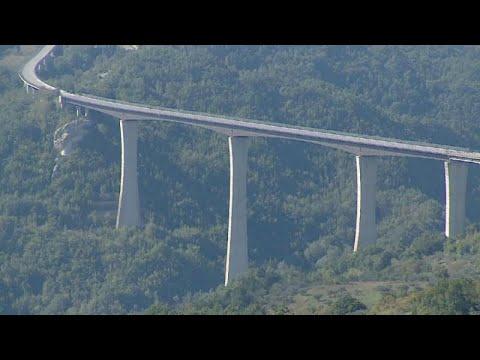 شاهد إغلاق الجسر الأعلى في إيطاليا