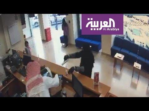 شاهد لحظة دخول مسلح على بنك كويتي واستيلائه على مبالغ مالية