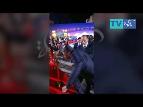 شاهد لحظة سقوط عادل امام في مهرجان الجونه