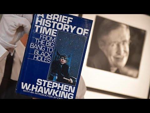 شاهد مزاد علني لعرض أغراض خاصة بعالم الفيزياء الراحل ستيفن هوكينغ للبيع
