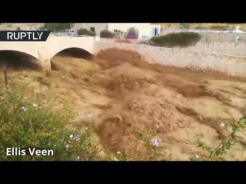 شاهد أعلن الدفاع المدني الأردني مقتل 11 شخصا جراء السيول الجارفة