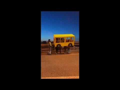 شاهد شباب يتنكّرون بزي حافلة ليتمكّنوا مِن عبور جسر في روسيا