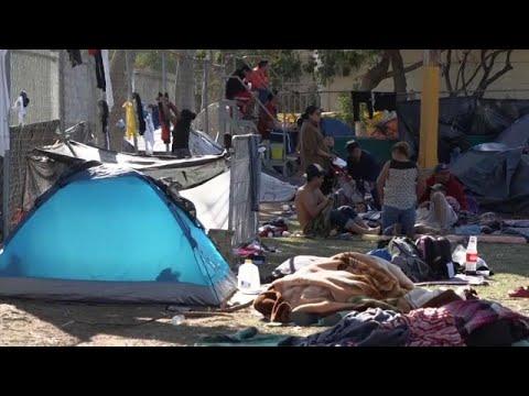 شاهد المكسيك تفتح أبواب مجمع بينيتو جواريز الرياضي للمهاجرين في تيخوانا