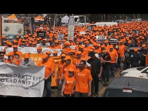 شاهد  مزارعو جنوب أفريقيا البيض يستنجدون بالرئيس الأميركي