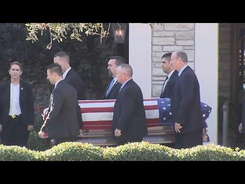 شاهد نقل جثمان الرئيس الأميركي الأسبق جورج بوش الأب إلى واشنطن