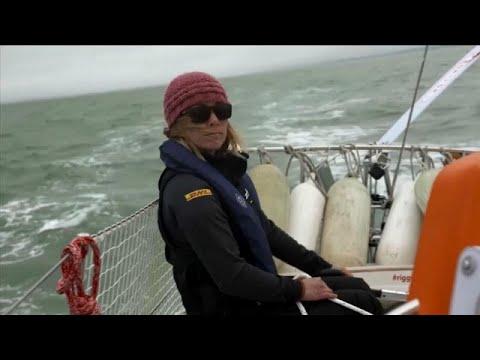 شاهد طاقم سفينة شحن ينقذ متسابقة من على متن زورقها الشراعي قرب القطب الجنوبي