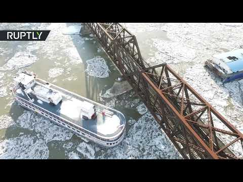 شاهد سفينة عالقة بجسر سكة حديد على نهر هدسون في نيويوك