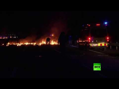 شاهد المتظاهرون يشعلون النار في المتاريس في كاتالونيا