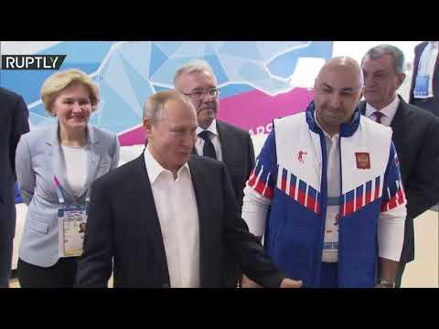 شاهد فلاديمير بوتين يقلّد الفائزين في سباق التزلج 10 كم