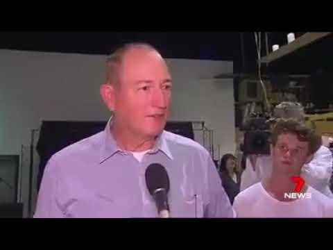 شاهد شاب يرشق سيناتور أستراليًا ببيضة على رأسه احتجاجًا على مواقفه المناهضة للمهاجرين