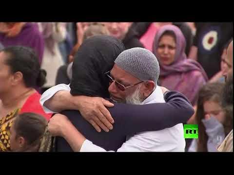شاهد رئيسة وزراء نيوزيلندا تزور مسجدًا في العاصمة فيلينغتون