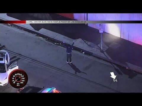 شاهد مواطن أميركي يرقص الهيب هوب أثناء توقيفه
