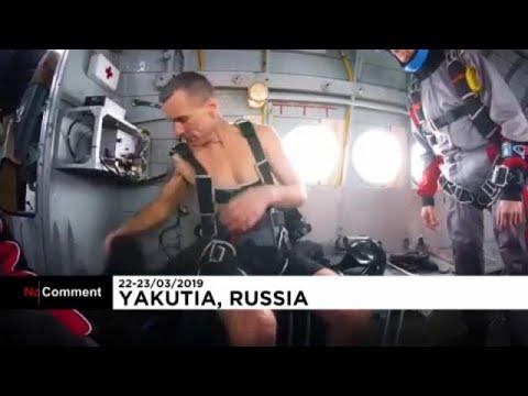 شاهد لحظة قفز ضابط روسي سابق بالمظلة شبه عارٍ