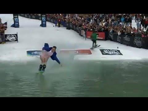 شاهد لقطات طريفة خلال الدورة الـ42 لكأس سلوش للتزلج في ألاسكا