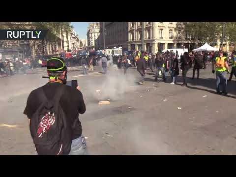 شاهد اشتباكات حادة بين محتجي السترات الصفراء والشرطة الفرنسية