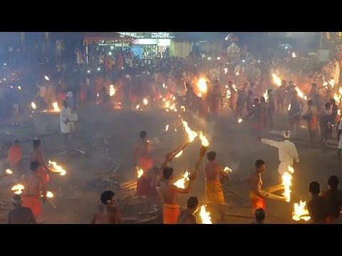 شاهد حرب كرات اللهب بين الهندوس بمهرجان النار في الهند