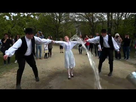 شاهد رش الفتيات بالمياه لزيادة خصوبتهن