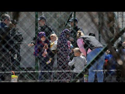 شاهد شرطة كوسوفو تُحقّق مع عدة نساء بعد عودتهن من سورية