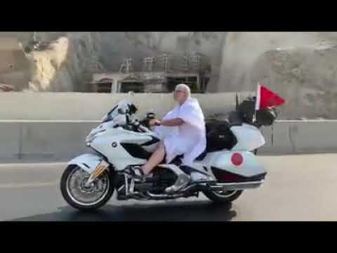 شاهد مغربي يُؤدّي العمرة في الديار المقدسة على دراجة نارية