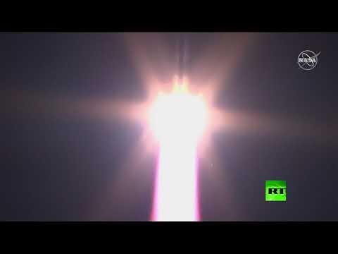 لحظة إطلاق صاروخ سويوز إلى الفضاء من قاعدة بايكونور الروسية