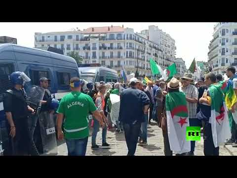 شاهد الجزائريون يتوافدون إلى ساحة البريد ومخاوف من مواجهات