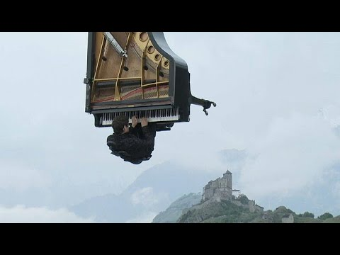 شاهد عازف البيانو السويسري ألان روش يقدم عرضا موسيقيًا طائرًا