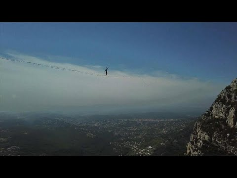 شاهد فرنسيون ينظمون منافسة خطيرة للعبور فوق جبال الألب