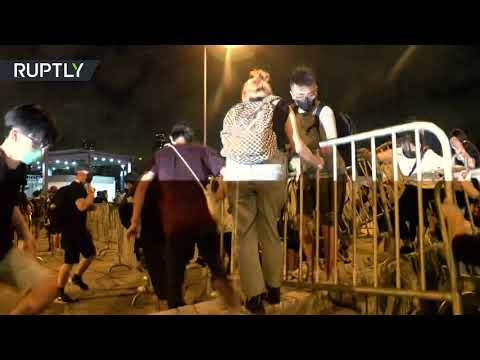 شاهد اشتباكات بمحيط البرلمان في هونغ كونغ