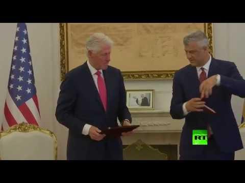 شاهد رئيس كوسوفو يقلّد بيل كلينتون بوسام الحرية