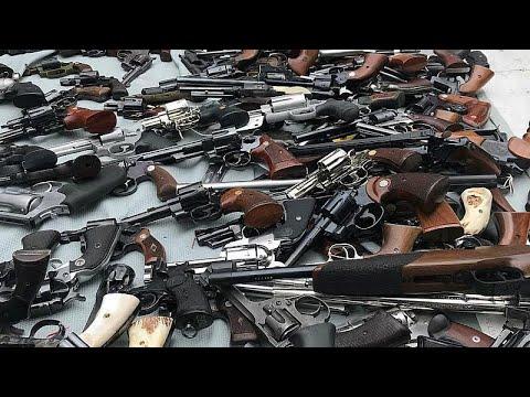 شاهد نيوزيلنديون يسلمون أسلحتهم للشرطة في أول عملية لإعادة شراء الأسلحة بعد مذبحة المسجدين