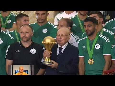 شاهد الرئيس التونسي يمنح محاربي الصحراء أعلى وسام استحقاق
