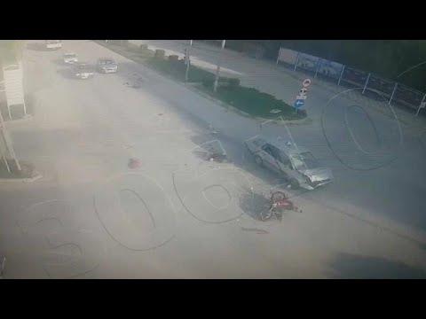 شاهد سيارة مسرعة تصطدم بدراجة نارية عند إشارة مرور في تركيا