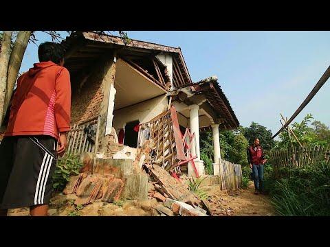 شاهد مقتل 4 أشخاص جراء زلزال قوي وقع قبالة ساحل جاوا الإندونيسية
