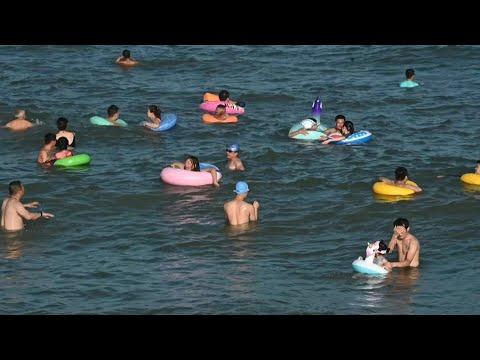 شاهد روّاد شاطئ صيني يُزيّنون مياهه بالعوامات الملونة