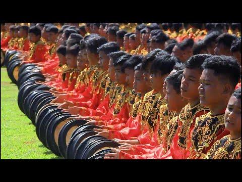 2019 صبيًا يشاركون في رقصة جماعية احتفالًا بذكرى استقلال إندونيسيا