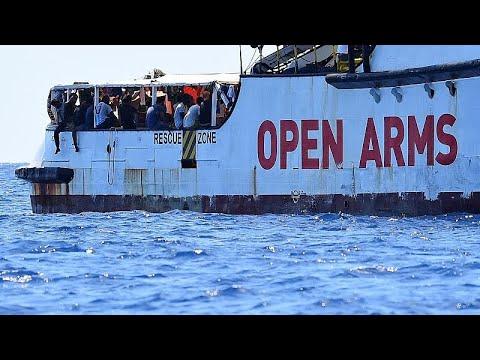 شاهد إسبانيا تعرض استقبال المهاجرين العالقين على متن سفينة إنقاذ في إيطاليا وأوبن آرمز ترفض