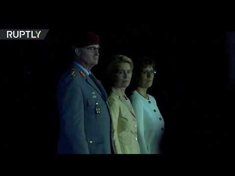 وزير الدفاع الألمانية تودع الجيش على أنغام أغنية رياح التغيير