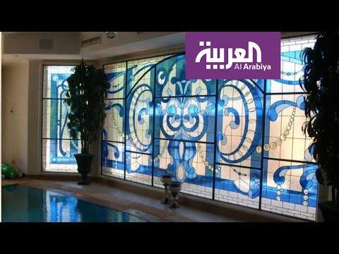 شاهد الزجاج المعشق تؤلّف وفق تصميم يضعه فنان