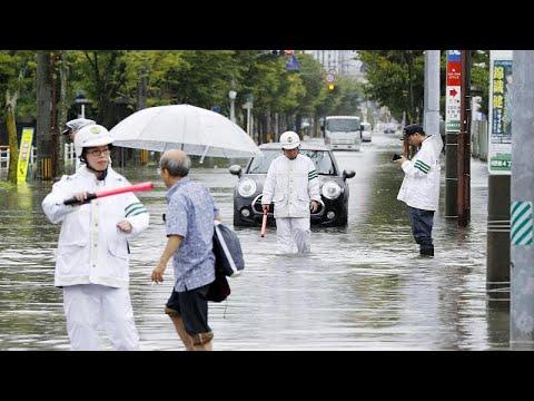 شاهد الأمطار الغزيرة  تغمر شوارع اليابان