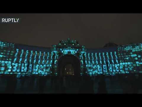 شاهد معجزة الضوء في ساحة القصر في سان بطرسبورغ الروسية