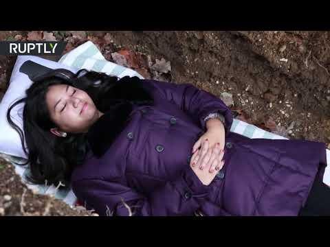 شاهد جامعة تقدم قبرًا لطلابها لخوض تجربة الموت