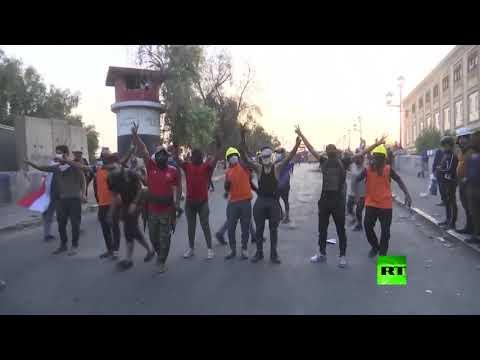 شاهد متظاهرون يسيطرون على جسر حيوي ثالث في بغداد