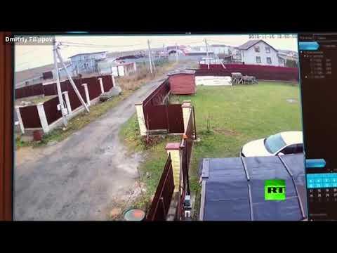 شاهد هبوط اضطراري لطائرة خاصة وارتطامها بسياج منزل في روسيا
