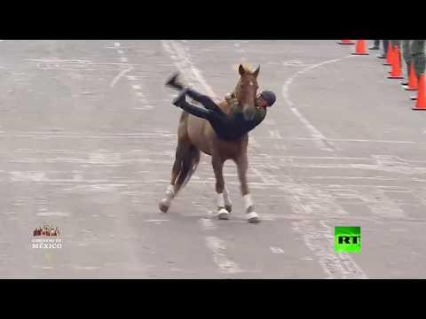 شاهد عروض فاشلة بالخيول في عرض عسكري لإحياء لذكرى الثورة المكسيكية