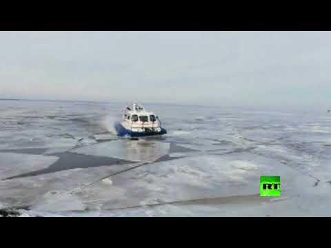 شاهد لحظة إنقاذ 64 شخصًا علقوا على جليد عائم